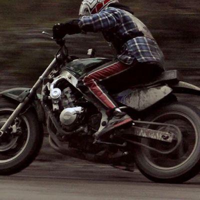Moottoripyöräilijä vauhdissa