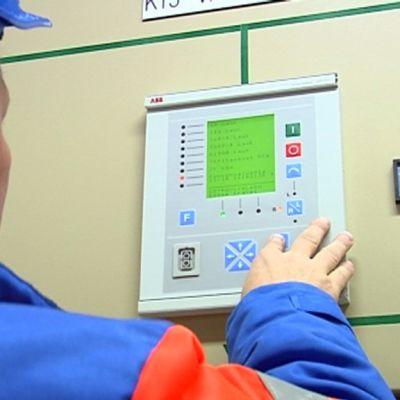 Sähköverkkoasentaja säätää sähköverkkokeskusta.