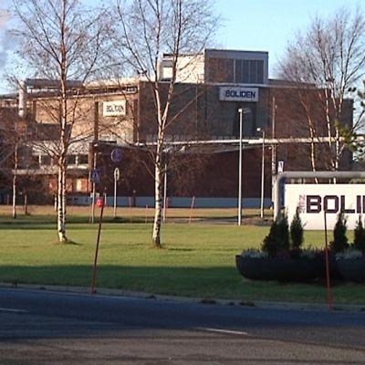 Kuvassa Bolidenin tehtaat ja nimikyltti