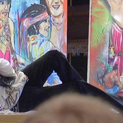 Andy McCoy poseeraa taulujensa edessä.