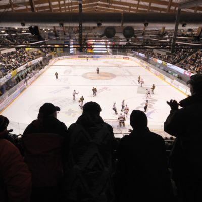 Yleisöä Kuopion jäähallissa katsomassa KalPan jääkiekko-ottelua