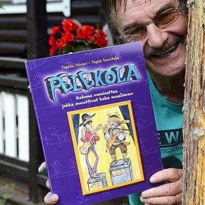Taiteilij Tapio Uusitalo ja Pelekola-kirja