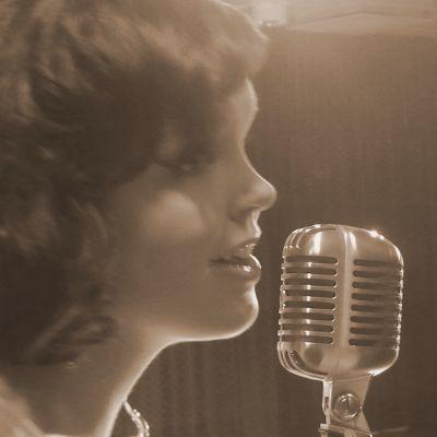Maria Tyyster esiintyi Lappeenrannan Big Bandin solistina Nenäpäivägaalassa 2010.