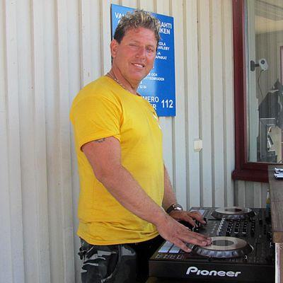 Tony Denemec DJ-pöydän takana terassilla