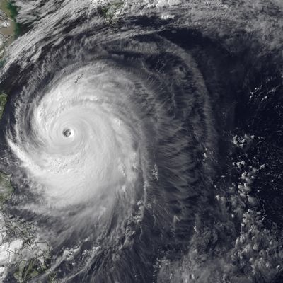 Yhdysvaltain liittovaltion sää- ja valtamerentutkimusorganisaation (NOAA) satelliittikuva taifuuni Neogurista Okinawan yllä 8. heinäkuuta 2014.