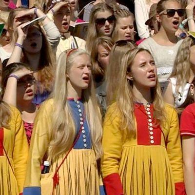 Laulavia naisia Tallinnan laulujuhlilla