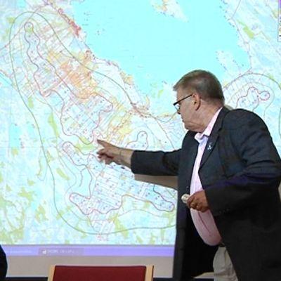Lestijärven kunnanjohtaja Esko Ahonen näyttää tuulivoimaloiden paikkoja kartalla.