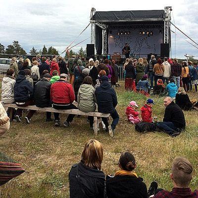 Samuli Putro avasi perjantaina Hailuodon Bättre Folk festivaalin.