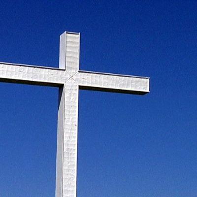 Risti kohoaa Herättäjäjuhlien kentällä.