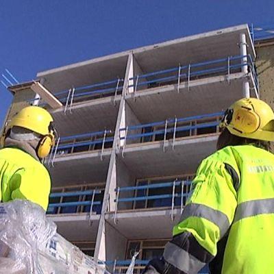 Kaksi työharjoittelijaa rakennustyömaalla.