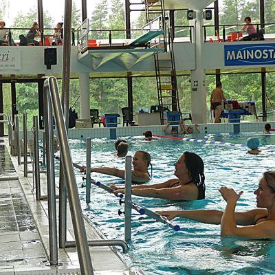 Water Bike Latin Circuit -tanssia Urheilupuiston uimahallissa Kouvolassa.