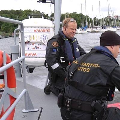 Luutnantti Tom Laurell  puhalluttaa veneilijää Kotkan Sapokassa.