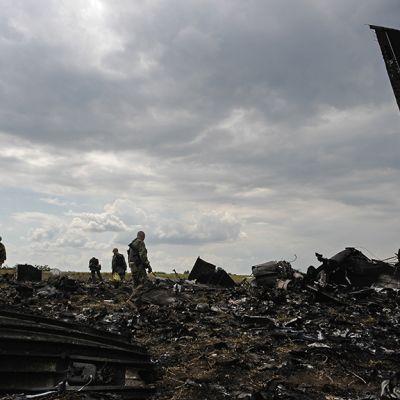 Tuhoutuneen lentokoneen jäännöksiä maassa.