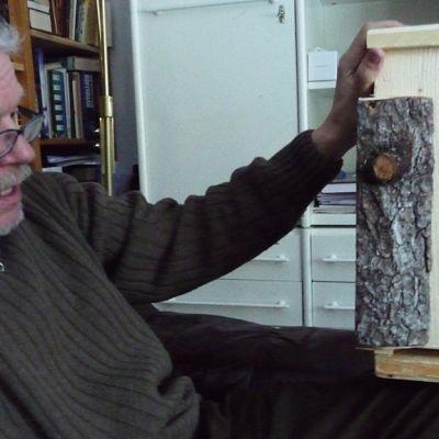 Vesa Hyyryläinen esittelee rakentamaansa lepakonpönttöä.
