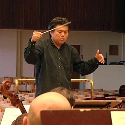 Yasuo Shinozaki johti Kymi Sinfoniettan harjoituksia ennen keskiviikkoillan konserttia Kotkan konserttitalolla