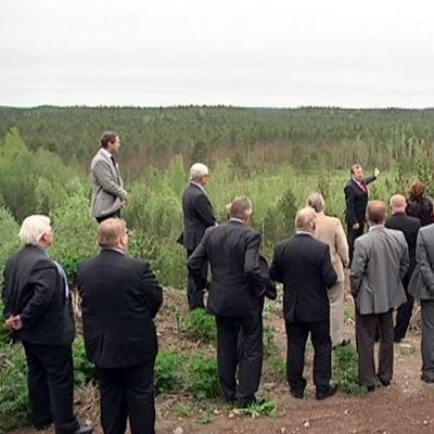 Ihmisiä seisoo hiekkamontulla Iitin Tillolassa