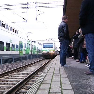Juna saapuu asemalle.