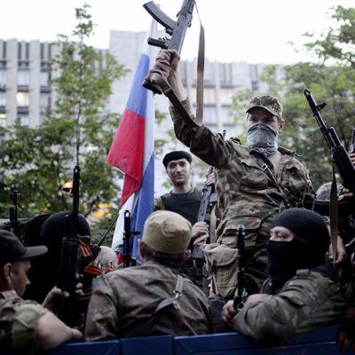 Venäjä-mieliset kokoontuvat hallintorakennuksen edustalla Donetskissa.