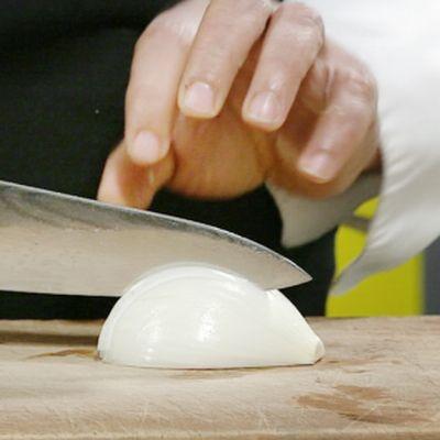 Akis Staboulis pilkkoo sipulia.