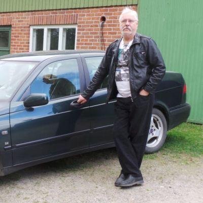 mies ja auto