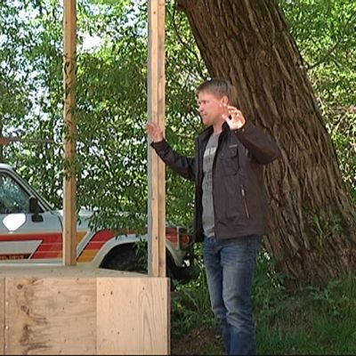 Mies uhkaa aseella toista miestä kesäteatterinäytelmässä