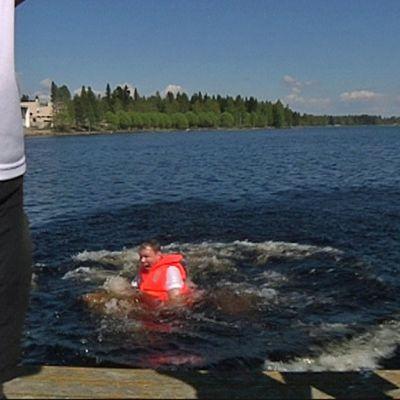 Voittajajoukkue palkitsi kapteeninsa heittämällä hänet veteen.