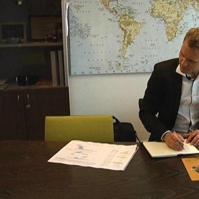 Prohoc Oy:n toimitusjohtaja Matti Manner työhuoneessaan.