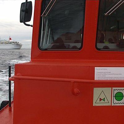 Näkymä merellä luotsiveneestä suureen matkustajalaivaan.