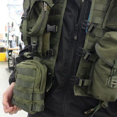 Tst-liiviin voidaan kiinnittää monenlaisia lisukkeita eri aselajien tarpeisiin.