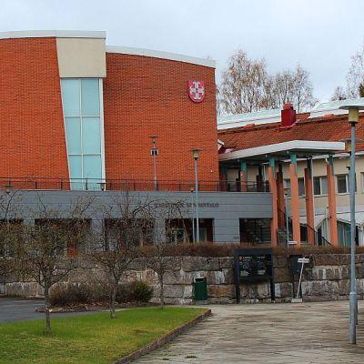 Karstulan kunnantalon nimi on Himmeli. Vanhassa kunnantalossa toimii pienyrityskeskus Kuhilas.