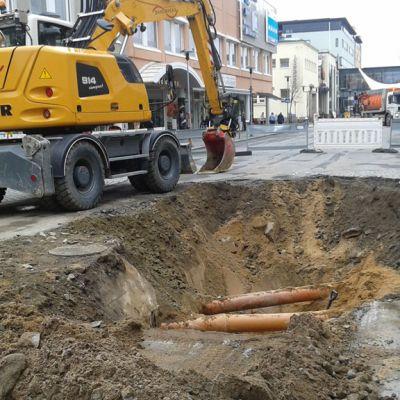 Kuvassa aukikaivettu Rantakatu, jonka alla vanha betoninen jätevesiviemäri särkyi.