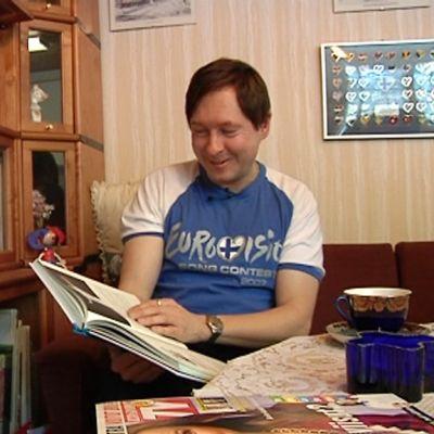 Kuvassa viisufani Janne Turunen asianmukaiseti viisupaitaan pukeutuneena.