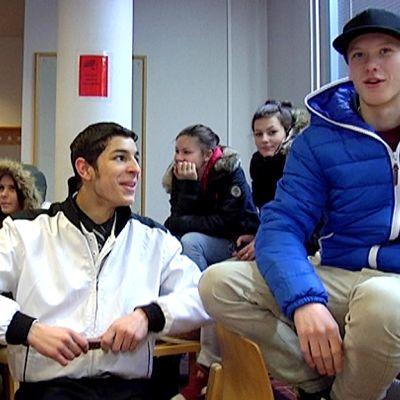 Nuoret hengailee kirjastossa