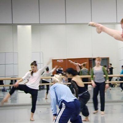 Thibault Monnier tanssi kansallisbaletin harjoitussalissa.