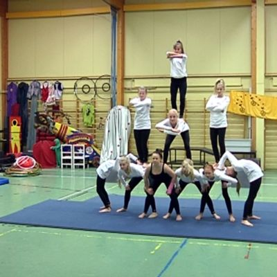 Haminan Teinisrkuksen akrobaatit harjoittelevat.