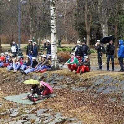 Opiskelijoita Oulun Ainolan puistossa vappuna.