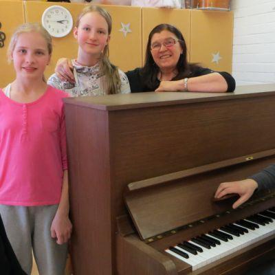 Emma Raikisto, Martta Vesa, Pauliina Leminen, kuoronjohtaja Leena Astikainen ja pianisti Ilkka Vesioja.