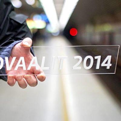 Eurovaalit 2014-kyltti miehen kädessä.