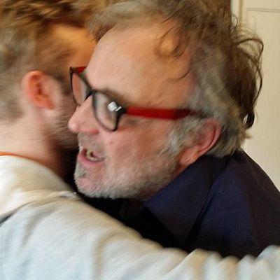 Niko Karjalainen ja Esko Vatula halaavat.