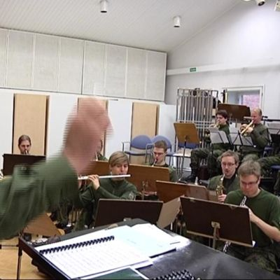 Sotilasmusiikkia Hennalan varuskunnassa.