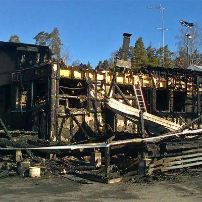 Porslahden venekerhon rakennus hiiltyneenä palon jäljiltä.
