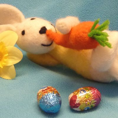 Huovutettu pääsiäispupu syö porkkanaa.