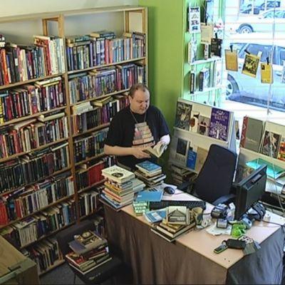 Kirjakauppias Elmeri Vehkala antikvariaatissaan.