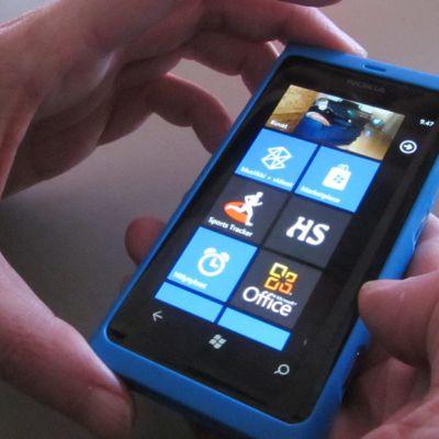 Kuvassa Nokian Lumia 800