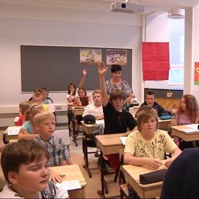 Ainakin lukukauden alussa kädet nousevat innokkaasti ylös, kun opettaja esittää kysymyksen.