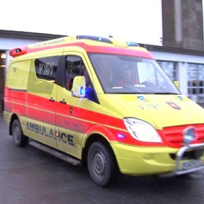 Ambulanssi lähtee.