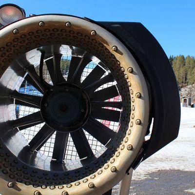 Lumitykin läpi ammutaan vettä ja ilmaa 32 barin paineella. Vertailun vuoksi: paloletkuissa paine on 3-4 baria.