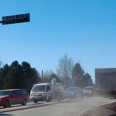 Kuvassa liikennettä, kuorma-auto ajaa ja pöly leijailee