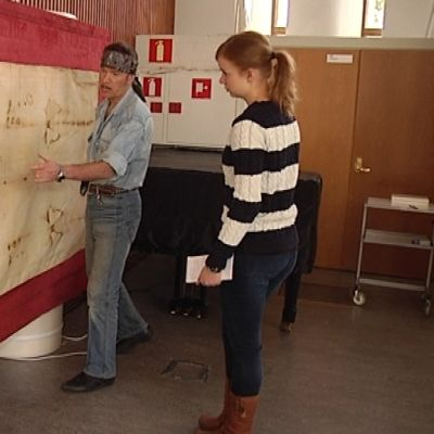 Juha Hiltunen esittelee Torinon käärinliinan kopiota Jyväskylässä.