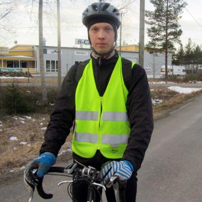 Kuvassa käliväiläinen Mikko Nikkilä pyöränsä kanssa.